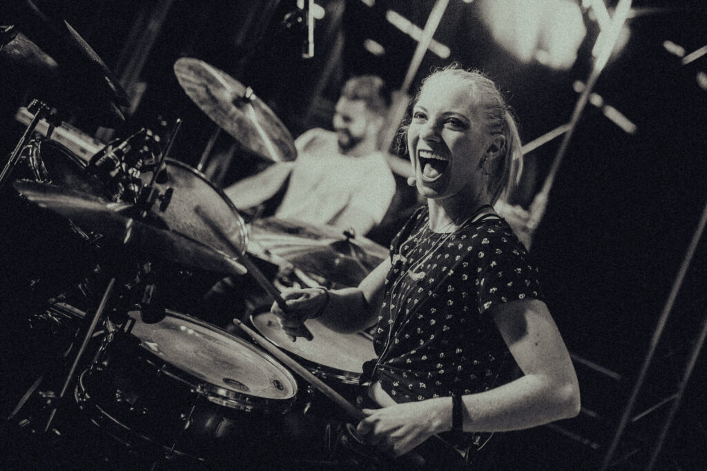 Mareike Makosch von Radio Regenbogen am Schlagzeug